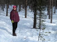 Onderweg door het bos. We volgen het spoor van een sneeuwscooter.