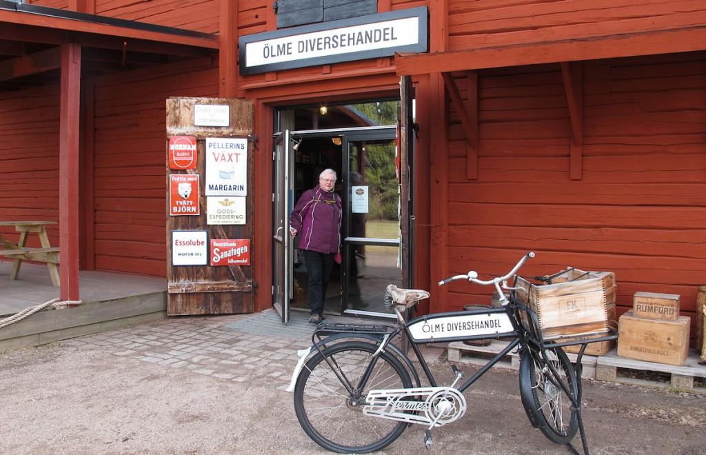Bij het verlaten van Ölme Diversehandel & Kafe...