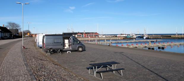 Overnachten aan de haven in Skillinge. Je staat er amper, of er komt een camper naast je staan! Na het eten vertrokken ze weer.