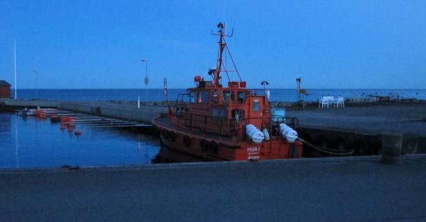 Uitzicht op de reddingsboot bij het invallen van de schemering.