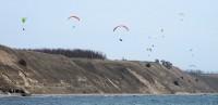 Paragliders boven de duinen van Kasaberga.