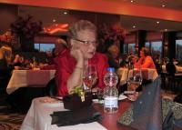 Femma's moeder viert haar 80e verjaardag met een etentje.