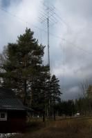 De ruim 20m hoge antennemast plus een tweetal draadantennes.