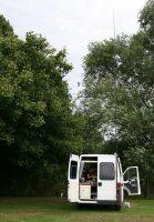 Op de camping in Oxford. De zendantenne is reeds opgezet.