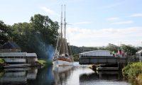 Een fraai zeilschip komt door de brug over het Caledonisch kanaal, op weg van de Ierse zee naar de Noordzee.