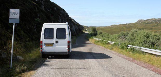 """Een typische Schotse hoofdweg: één smalle baan met elke honderd meter een """"passing place""""."""