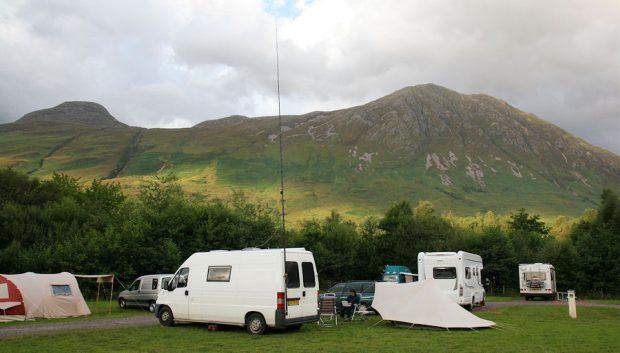 's Avonds op de camping. De antenne staat alweer overeind.