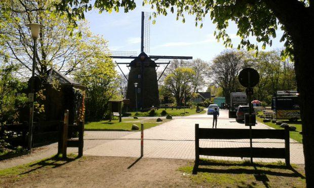 """De naast de camperplaats gelegen windmolen met horeca. De molen staat, vanwege de ligging op de """"berg"""", op de grond. Er zit geen versieping onder, zoals gewoon in Nederland."""