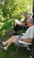 Reint-Jan en Joeri in de schaduw van de camper.