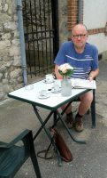 De kaart bestuderen bij een kop koffie...