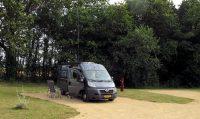 Op de nieuwe camperplaats, in 'je eigen vakje'. Voor het eerst de antenne weer opgezet (de 12m lange hengel aan de achterkant) en even gezellig met de hobbyvrienden in Kampen zitten kletsen.
