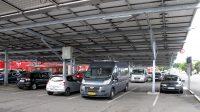 De gehele parkeerplaats onder een dak van zonnepanelen!