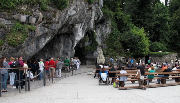 De grot waarvoor mensen uit de hele wereld in de rij staan, om de wanden even aan te raken...