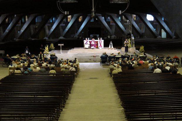 De moderne ondergrondse kerk met plaats voor 20.000 mensen! Het is, na de St. Pieter in Rome, de tweede grootste kerk ter wereld.