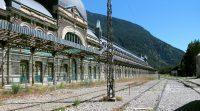 Het sinds 1970 verlaten station van Canfranc...