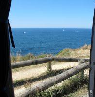 We staan even stil langs de kust...