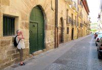 In een van de middeleeuwse straatjes in Puenta la Reina.