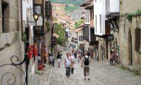 De pittoreske hoofdstraat van Santillana del Mar.