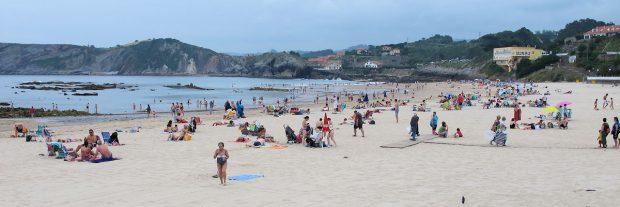 Bewolkt en niet zo warm, maar op het strand is het druk.