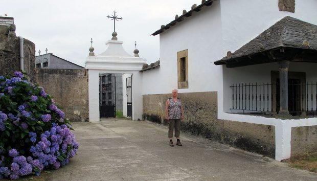 Femma bij het verlaten van het kerkhof, op de achtergrond de toegangspoort.