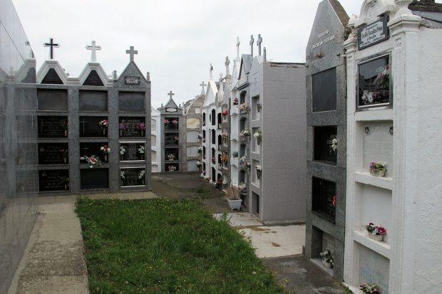 Smalle straatjes met aan weerszijden 4 graven boven elkaar.