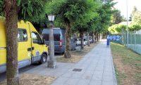 Parkeren in een doodlopende straat in het centrum van Santiago, op loopafstand van de kathedraal. De 'buren' (gele bus) hebben hier zelfs de nacht doorgebracht. Kan allemaal!