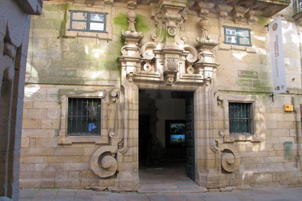 Een klein 'palace', het paleisje waar vroeger bisschoppen logeerden die in Santiago op bezoek waren. Nu de plaats waar de pelgrims hun certificaat krijgen uitgereikt.