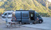 Op de camperplaats met alles-erop-en-eraan. Heerlijk gegeten aan de picknickset, in de schaduw!