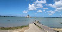 Uitzicht op een oud fort dat de haven moest bewaken/verdedigen. Bij laag water kun je erheen wandelen, nu staat het pad onder water.