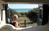 Ideale plek: langs de kust met uitzicht op zee! Femma is in haar nopjes... :-)