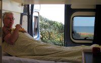 Femma's ontbijt op bed, met de oceaan op de achtergrond...