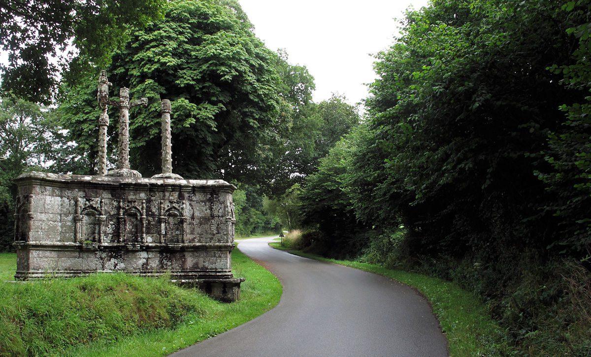 Apart object, naast het oude kerkje: de verbeelding van de kruisweg?