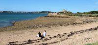 Het strand met uitzicht op het eiland Ile de Bréhat.