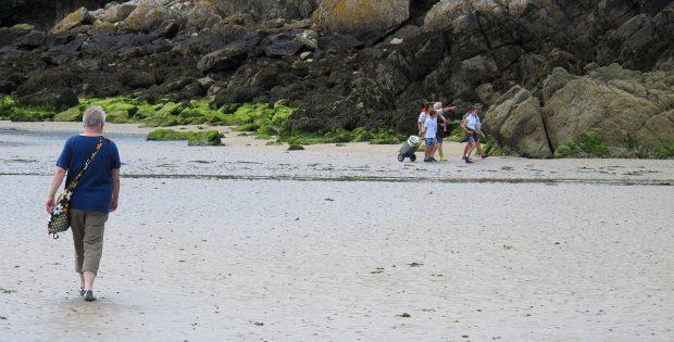 Wij zijn op de terugweg, deze familie gaat schelpdieren verzamelen. Aan de bak op wieltjes te zien is het óf voor de hele buurt (camping?) of voor een paar weken...