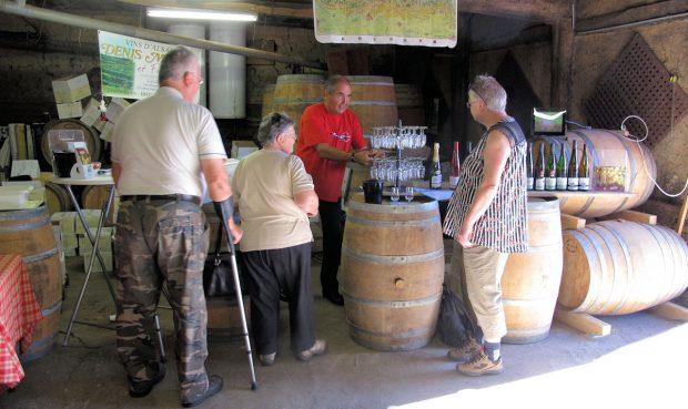 Femma 'aan de bar' bij Denis Meyer, wijnen uit de Elzas.
