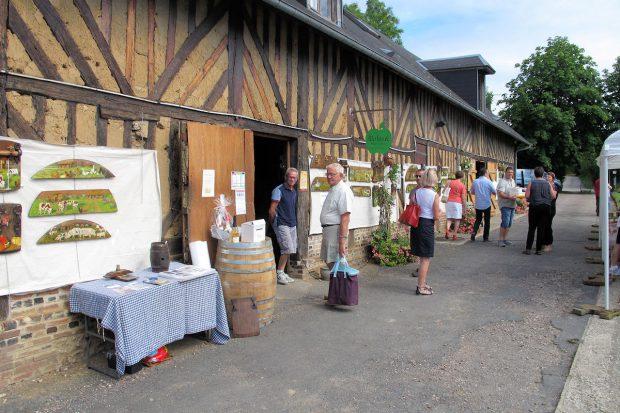 De stallen zijn origineel en typisch Normandisch vakwerk.