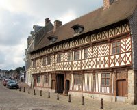 Historische panden langs de haven in Saint-Valery-en-Caux.