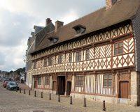 Historische panden langs de haven in Saint-Valery-en-Caux.