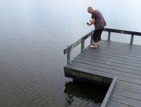 Femma strooit de as van onze hond uit in het water van de Groene Ster buiten Leeuwarden.