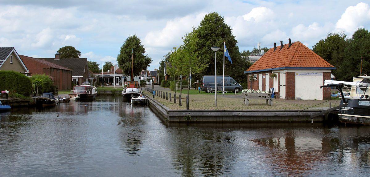Het haventje met camperplaats in het dorp Oudega.