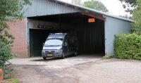 De bijzondere ingang (nu uitgang) van de camperplaats in Hurwenen.