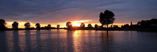 De ondergaande zon vanaf de veerboot, tijdens de oversteek.