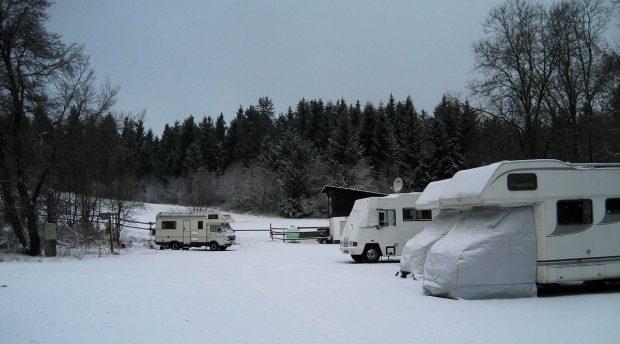 Ons uitzicht vanuit de camper. Op de achtergrond de onderkant van de piste.