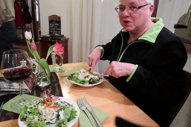 De salade als groente bij het hoofdgerecht wordt altijd als eerste geserveerd.