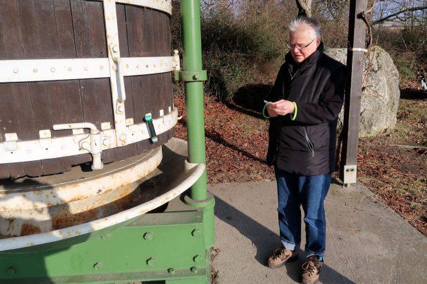 Gevonden! Het magnetische buisje (een 'petling') even tegen het metaal geplakt (links).