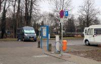 """Op de camperplaats in Memmingen. Op de voorgrond het """"sani-station"""" waar je water kunt tanken en je toilet en afvalwatertank kunt legen."""