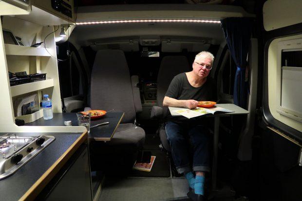 Aan de maaltijd op de voorstoelen. De dinette is deze reis buiten gebruik omdat we het bed laten liggen.