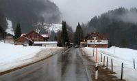De weg binnendoor van Obermaiselstein naar Oberstdorf. Voor ons ligt een kloof, waar we doorheen rijden.