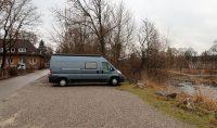 In de hoek van de camperplaats in Augsburg, aan de Wertach.