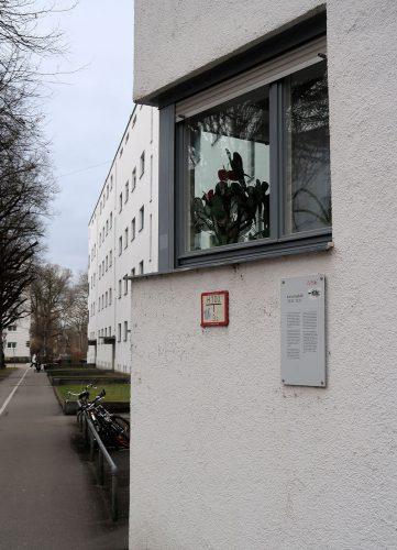 We wandelen dooor de Lessinghof. Modern uitziende flats volgens de stijl van de Nieuwe Zakelijkheid. Gebouwd in... 1930/31!